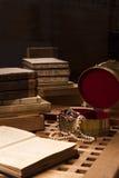 Stapel von alte Bücher ona-Tabelle Lizenzfreie Stockfotos