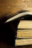 Stapel von altem, Weinlese-Bücher mit einem offenen Buch Lizenzfreie Stockfotos