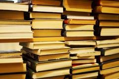 Stapel von alten Büchern in der Bibliothek lizenzfreie stockbilder