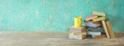 Stapel von alten Büchern und von Tasse Kaffee, Panorama, Leseausbildung lizenzfreie stockfotos