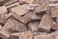 Stapel von alten benutzten Ziegelsteinen als Baumaterial Stockfotos