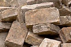 Stapel von alten benutzten Ziegelsteinen als Baumaterial Stockfoto