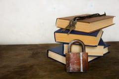 Stapel von alten großen Büchern und von Verschluss Stockfotografie