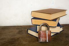 Stapel von alten großen Büchern und von Verschluss Stockfotos