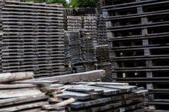 Stapel von alten und grauen Bauholzplanken Stockfotos