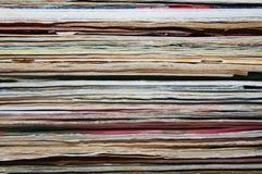 Stapel von alten Zeitschriften und von Büchern Stockfotografie