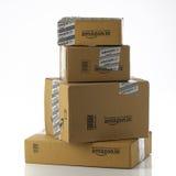 Stapel von Amazonas in den Paketen auf weißem Hintergrund Stockfoto