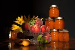 Stapel von Aprikosen- und Pfirsichstaugläsern lizenzfreie stockfotos