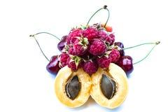 Stapel von Aprikosen, von süßen Kirschen und von Himbeeren stockbild