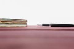 Stapel von Aufklebern und von Stift Lizenzfreie Stockfotos