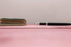 Stapel von Aufklebern und von Stift Lizenzfreies Stockbild