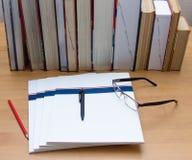 Stapel von Büchern auf dem Tisch Lizenzfreies Stockbild