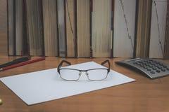 Stapel von Büchern auf dem Tisch stockfotos
