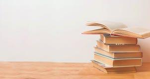 Stapel von Büchern auf hölzernem Hintergrund lizenzfreies stockfoto