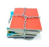 Stapel von Büchern mit einer Kette Stockbilder