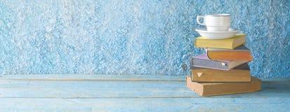 Stapel von Büchern und von Tasse Kaffee, Panorama, guter Kopienraum edu lizenzfreies stockfoto