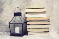 Stapel von Büchern und von Weinlesekerzenständer Lizenzfreie Stockfotos