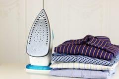 Stapel von bügelnden Hemden und von Hand Stockfoto