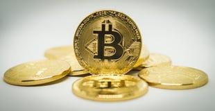 Stapel von Bitcoins auf Anzeige Stockbilder