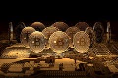 Stapel von Bitcoins stehend auf Motherboard Bitcoin-Herrschaftskonzept Stockfoto