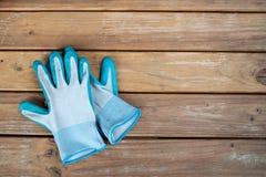 Stapel von blauen Handschuhen auf einer Holzoberfläche stockbilder