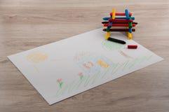Stapel von Bleistiften und von Bild auf Holztisch Stockfotos