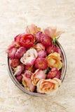 Stapel von Blumen in der silbernen Schüssel Stockfotos