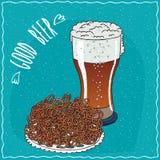 Stapel von Brezeln mit Glas Bier Stockbild