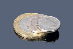 Stapel von britischen Münzen auf dunklem Hintergrund Stockfotos