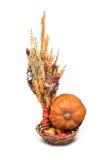 Stapel von bunten Zwiebeln im Korb Stockfotos