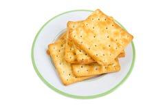 Stapel von Crackern auf Platte. Stockbilder