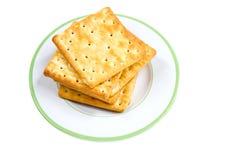 Stapel von Crackern auf Platte. Lizenzfreies Stockfoto