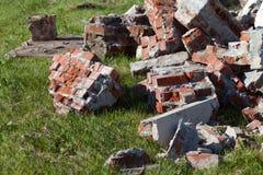 Stapel von defekten roten Backsteinen auf Baustelle, Abfall Lizenzfreie Stockfotos