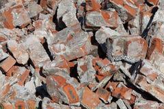 Stapel von defekten roten Backsteinen auf Baustelle, Abfall Stockfoto