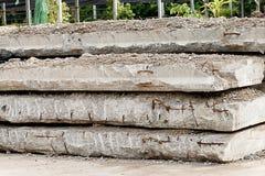 Stapel von den alten Betonplatten benutzt im Bau Stockfoto