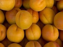 Stapel von den Aprikosen, die am Markt verkaufen Lizenzfreies Stockfoto