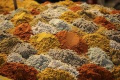Stapel von den bunten Mischgewürzen dargestellt in den Schichten am bazaa stockfotografie