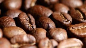 Stapel von den drehenden Röstkaffeebohnen Abschluss oben stock video footage