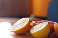 Stapel von den geschnittenen Zitrusfrüchten und bereiten für das Zusammendrücken vor Lizenzfreies Stockfoto