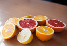 Stapel von den geschnittenen Zitrusfrüchten und bereiten für das Zusammendrücken vor Lizenzfreie Stockfotos