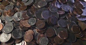 Stapel von den langsam drehenden Münzen stock video