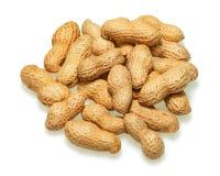 Stapel von den trockenen gebratenen Erdnüssen lokalisiert auf weißem Hintergrund Stockfoto