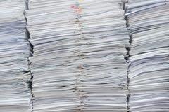 Stapel von Dokumenten auf Schreibtisch stockfoto