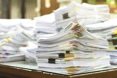 Stapel von Dokumenten mit bunten Clipn lizenzfreie stockbilder