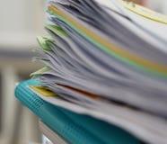 Stapel von Dokumenten und von blauer Datei stockbild