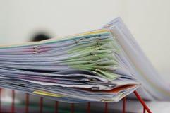 Stapel von Dokumenten und von Unschärfenotizbuch im Korb stockfoto