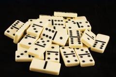 Stapel von Dominos auf Schwarzem Lizenzfreies Stockfoto