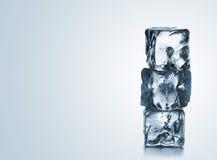 Stapel von drei blauen Eiswürfeln mit copyspace Stockfotos