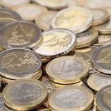 Stapel von einen und zwei Euromünzen Lizenzfreies Stockbild