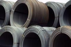 Stapel von Eisenspulen auf Docks lizenzfreies stockbild